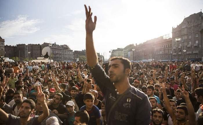Refugiaţi protestând în faţa gării Keleti din Budapesta