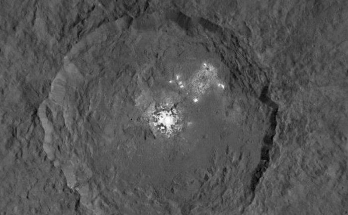Craterul Occator de pe corpul ceresc Ceres