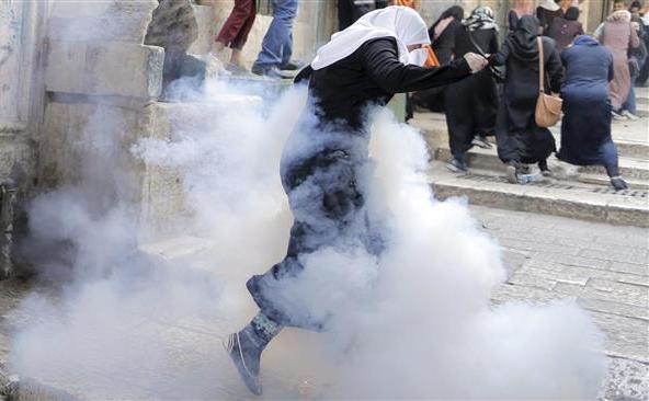 Femei palestiniene fug de forţele poliţiei israeliene în Oraşul Vechi din Ierusalim, 13 septembrie 2015.
