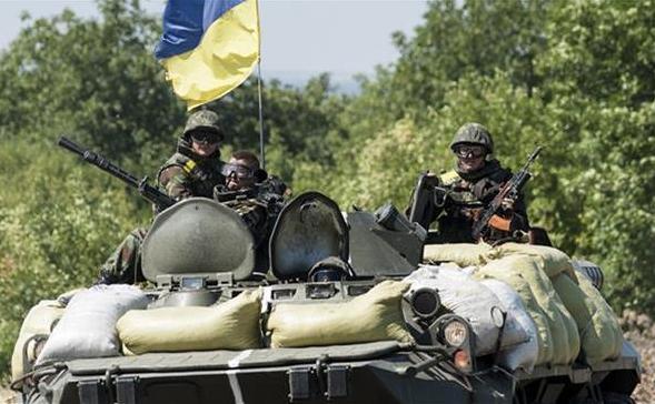 Soldaţi ucraineni stau pe un tanc în regiunea Doneţk din estul Ucrainei.