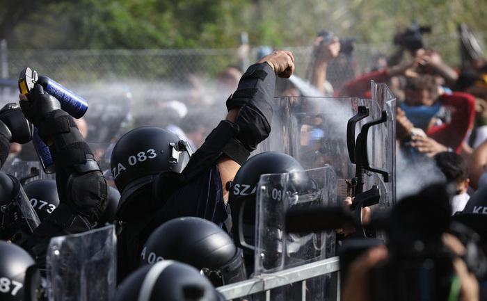 Poliţia ungară folosind gaze lacrimogene împotriva refugiaţilor în Horgos, graniţa cu Serbia. 16 septembrie 2015