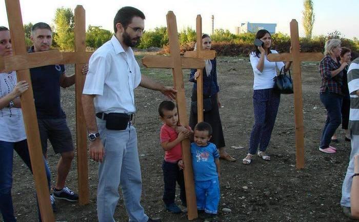 Sfinţire de cruci pe terenul alocat contruirii unei moschei uriaşe în Bucureşti, 14 septembrie 2015