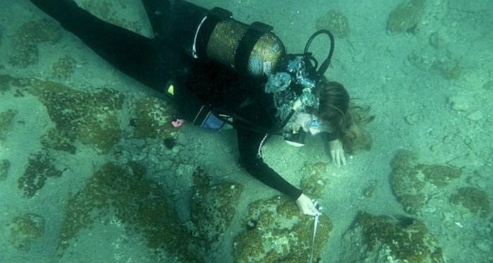 Un grup de arheologi subacvatici au descoperit în apele Mării Egee, în  zona plajei Lambayanna, ruinele unui sat scufundat datând din mileniul 3  î.Hr