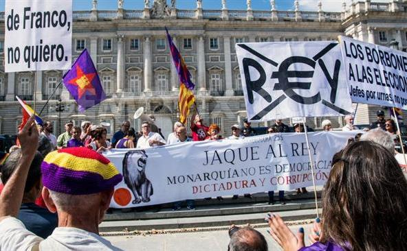 Manifestanţi anti-monarhie participă la un protest în Madrid, 27 septembrie 2015.
