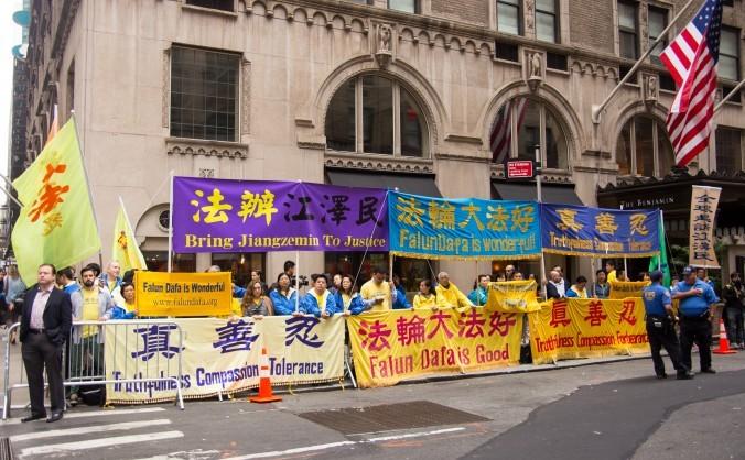 Aderenţi disciplinei spirituale Falun Gong cer încetarea persecuţiei mişcării în China - în faţa hotelului Waldorf Astoria din New York unde este cazat liderul comunist Xi Jinping. 29 septembrie 2015