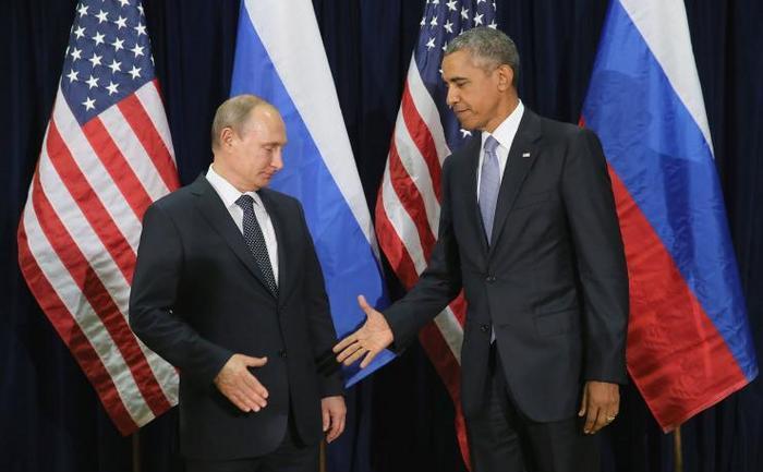 Preşedintele rus Vladimir Putin şi omologul său american Barack Obama îşi strâng mâinile înainte de începerea unei întâlniri bilaterale la sediul ONU, 28 septembrie 2015, New York City.