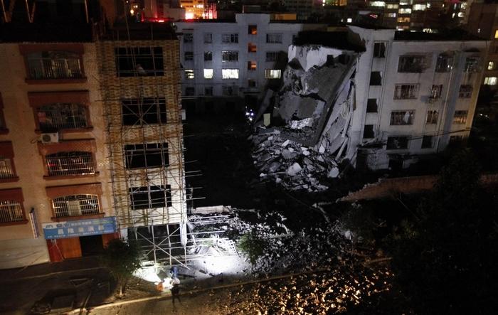 Una dintre clădirile avariate de cele 17 explozii care au zguduit oraşul Liucheng din provincia Guangxi pe 30 septembrie 2015.
