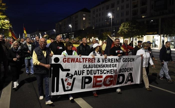 Suporteri ai grupului PEGIDA la protest în Dresda, 5 octombrie 2015
