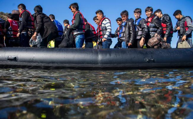 Un grup de imigranţi soseşte în apropiere de Skala Sikaminias, pe insula elenă Lesbos, 5 octombrie 2015.