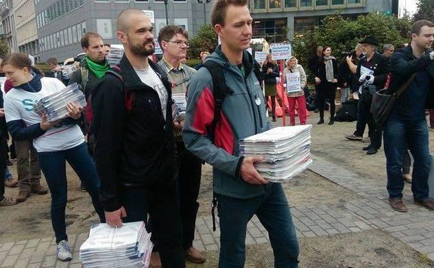 Depunerea semnăturilor pentru oprirea TTIP la Comisia Europeană, 7 octombrie 2015.