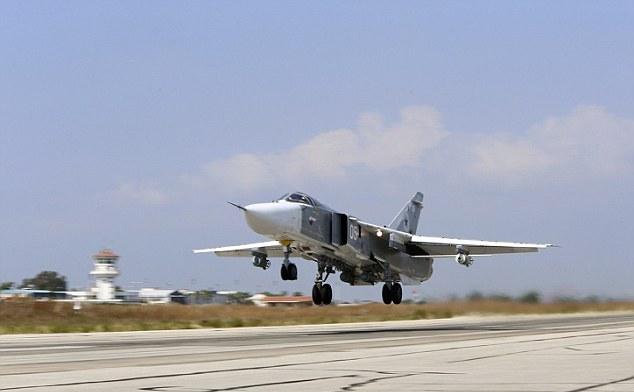 Un avion de luptă rusesc Su-24M decolează de la baza aeriană Hmeimim din Siria.