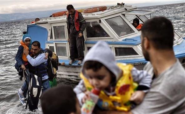 Refugiaţi sosesc pe insula elenă Lesbos, după ce au trecut Marea Egee dinspre Turcia, 29 septembrie 2015.
