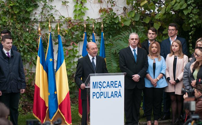 Traian Băsescu îşi anuntă înscrierea în PMP
