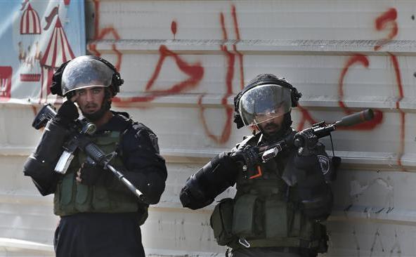 Soldaţii israelieni se pregătresc să tragă cu gloanţe de cauciuc asupra manifestanţilor palestinieni din Beit El, în apropiere de oraşul Ramallah din Cisiordania, 8 octombrie 2015.