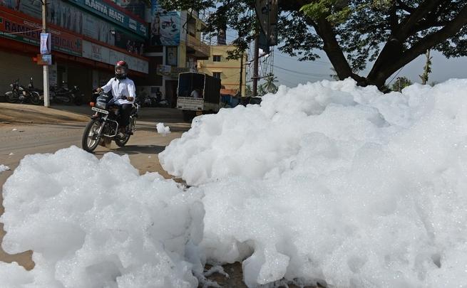 Spumă toxică pe străzile din Bangalore 1 mai 2015.