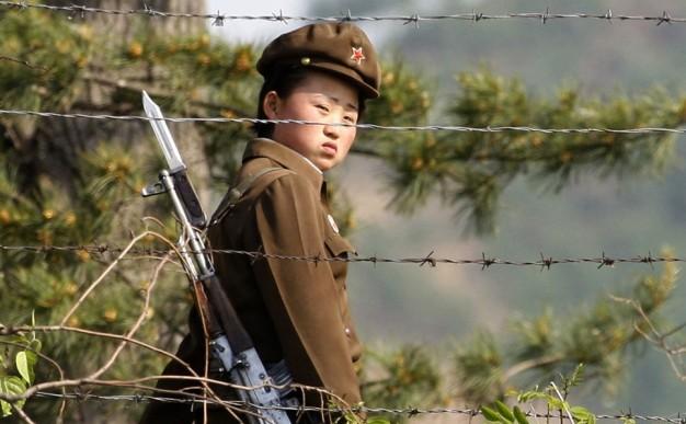 Femeie-soldat în Coreea de Nord.