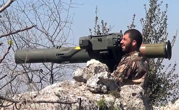 Un rebel manevrează un lansator de rachete antitanc TOW în Siria.