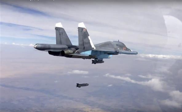 În această fotografie publicată în 9 octombrie 2015 de Ministerul rus al Apărării, un avion de luptă rusesc Su-34 lansează o bombă în Siria.