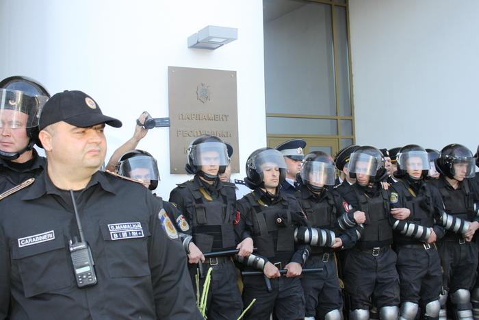 Parlamentul Republicii Moldova păzit de poliţişti