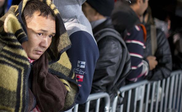 Refugiaţi stau la coadă în centrul Lageso din Berlin, aşteptând să fie înregistraţi, 9 octombrie 2015.