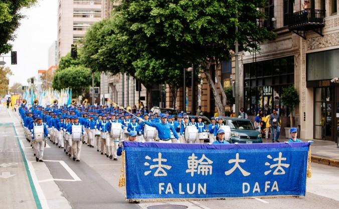 """Fanfara """"Divine Land Marching Band"""" interpretează un număr în timpul paradei din Los Angeles, 15 octombrie 2015."""