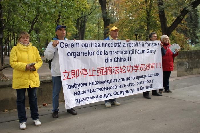 Practicanţii Falun Gong din Moldova protestează la Reşedinţa de Stat