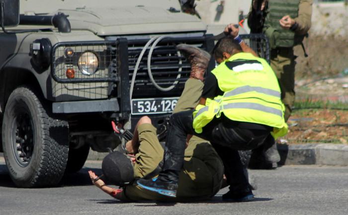 Un palestinian care se dă drept jurnalist înjunghează un soldat israelian cu un cuţit, înainte să fie împuşcat mortal în oraşul Hebron, 16 octombrie 2015.