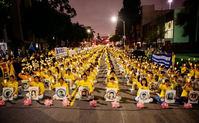 Peste 1.000 de practicanţi Falun Gong din jurul lumii participă la un priveghi cu lumânări în faţa Consulatului General chinez din Los   Angeles, 15 octombrie 2015. Pozele afişate aparţin practicanţilor ucişi în cadrul persecuţiei desfăşurate în China.