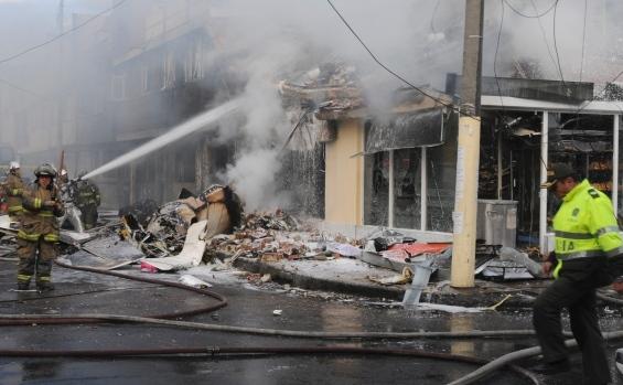 Pompierii sting un incediu produs la o brutărie din Bogota, după ce un avion de capacitate mică s-a prăbuşit peste ea, Columbia, 18 octombrie 2015.