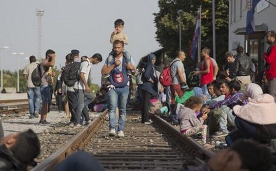 Refugiaţi aşteaptă trenul în gara Beli Manastir, în apropiere de graniţa ungară, nord-estul Croaţiei.