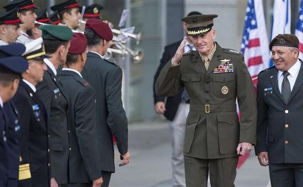 Şeful Statului Major american, generalul de Marină Joseph Dunford (în mijloc), salută oficiali ai armatei israeliene în timpul primei sale vizite în Israel în 17 octombrie 2015.