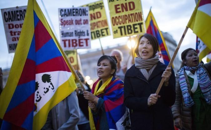 Protestatari tibetani în faţa Palatului Buckingham, 20 octombrie 2015 cu prilejul vizitei preşedintelui chinez Xi Jinping