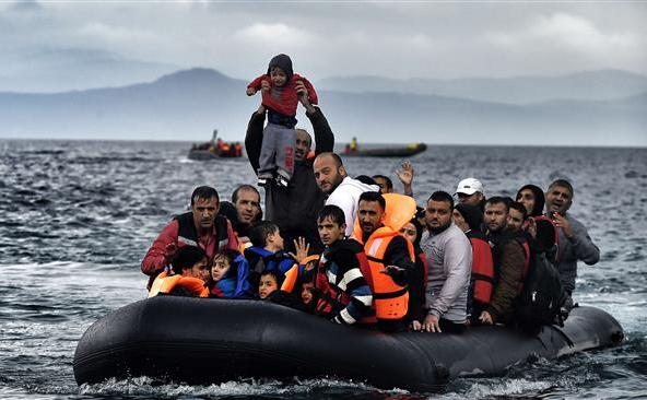 Un grup de refugiaţi soseşte pe insula elenă Lesbos după ce au trecut Marea Egee dinspre Turcia, 21 octombrie 2015.