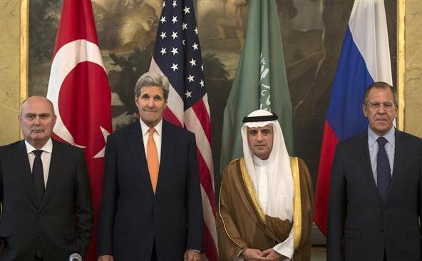 (De la st la de) Ministrul turc de externe Feridun Sinirlioglu, secretarul de stat american John Kerry, ministrul saudit de externe Adel al-Jubeir si ministrul rus de externe Serghei Lavrov pozează după o întâlnire la Viena, 23 octombrie 2015.