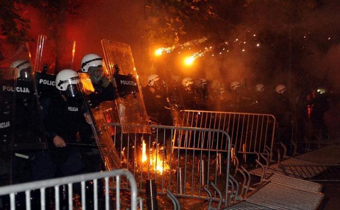 Ciocniri violente între poliţia muntenegreană şi manifestanţii anti-guvern în capitala Podgorica, 24 octombrie 2015.
