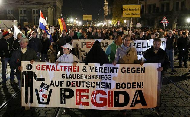 Susţinători ai mişcării PEGIDA mărşăluiesc în oraşul german Dresden, 26 octombrie 2015.