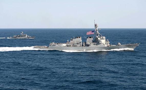 Distrugătorul american USS Lassen, în formaţie cu nava sud-coreeană Sokcho, în timpul exerciţiului Foal Eagle, 12 martie 2015.