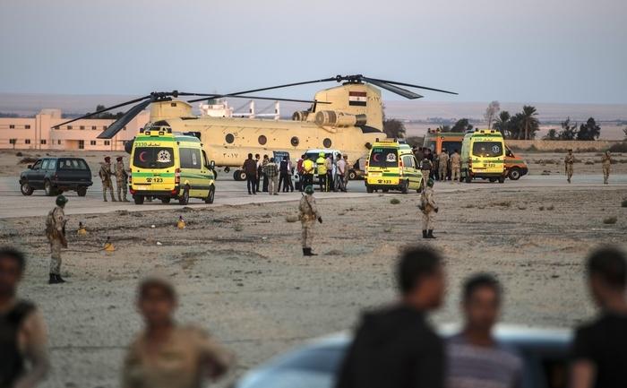 Ambulanţe egiptene aduc rămăşiţele victimelor incidentului aviatic din Peninsula Sinai la baza militarp Kabret, lângă Canalul Suez 31 octombrie 2015.