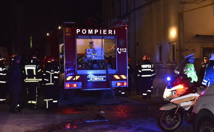 Pompierii intervenind pentru stingerea incendiului izbucnit la Clubul Colectiv din Capitală, 31 octombrie 2015