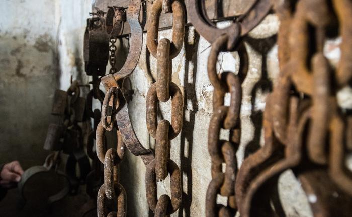 Lanţurile cu care erau legaţi prizonierii (Fortul 13 Jilava)