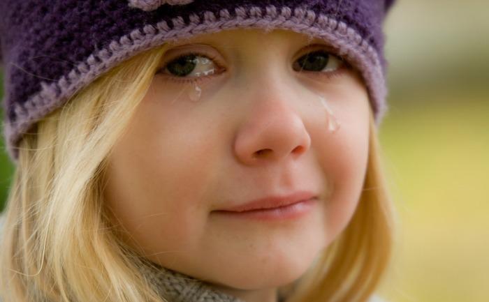 Fetiţă plângând