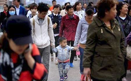 Cetăţeni chinezi se plimbă în Shanghai, China, 30 octombrie 2015.