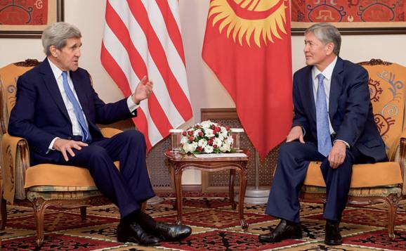 Secretarul de stat american John Kerry discută cu preşedintele kârgâz Almazbek Atambaiev, în Bişkek, 31 octombrie 2015.