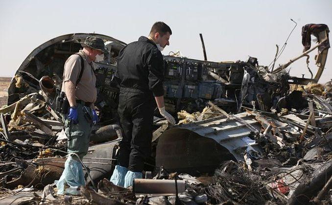 Membrii unei echipe de cercetare investighează rămăşiţele avionului rusesc prăbuşit în Egipt.