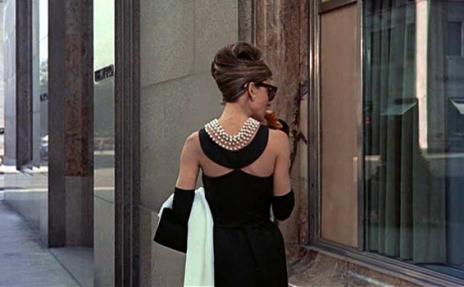 "Audrey Hepbur într-o scenă din ""Breakfast at Tiffany"", purtând o roche marca Givanchy"
