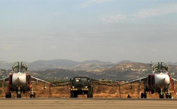 Avioane de luptă ruseşti Su-24 la o bază aeriană Latakia din Siria.