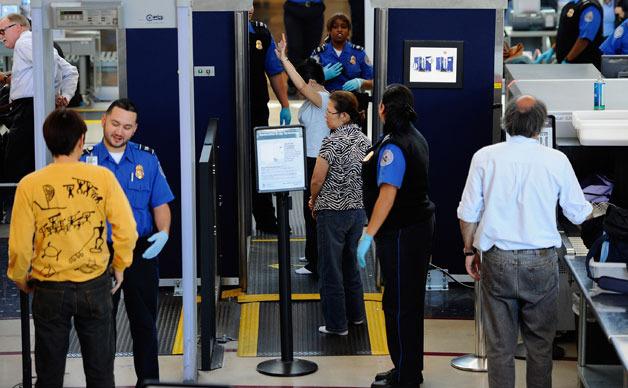 Agenţi TSA scanează pasageri la Aeroportul Internaţional din Los Angeles, SUA.