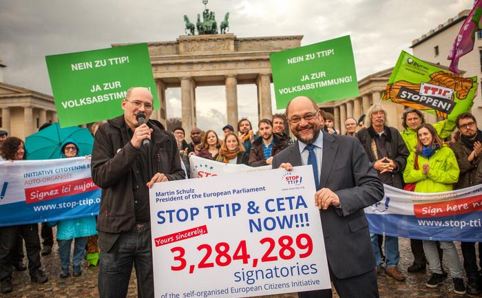 Michael Efler, activist, împreună cu Martin Schultz, preşedintele PE. Schultz a primit peste 3 milioane de semnături din partea europenilor care nu sunt de acord cu acordul TTIP, Berlin.