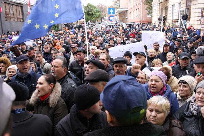 Moldovenii nemulţumiţi pichetează sediul ANRE