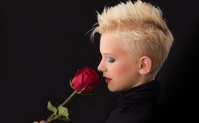 Fată mirosind un trandafir